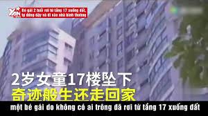 Bé gái 2 tuổi rơi từ tầng 17 xuống đất, tự đứng dậy và đi vào nhà ...