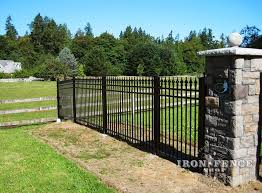 A Nice Shot Of Our 5ft Tall Infinity Aluminum Fence Racking On The End To Follow The Slope Of The Yard S Grade Iron Fence Aluminum Fence Fence