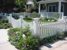 26 Adorable Wooden Fences For Your Yard Small Front Yard Landscaping Backyard Fences Fence Landscaping