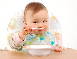 Nên chọn cho trẻ bột ăn dặm ngọt hay mặn?