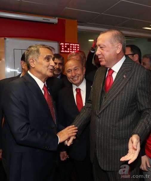 """Başkan Recep Tayyip Erdoğan ABD dönüşü ayağının tozuyla Türkiye-İzlanda maçına gelerek Millilerimizi yalnız bırakmadı. Başkan Erdoğan, alınan 1 puan sonrası EURO 2020'ye gitmeyi garantileyen A Milli Futbol Takım'ımızı karşılaşma sonrası soyunma odasına inerek tebrik etti. İşte o anlar.. ile ilgili görsel sonucu"""""""
