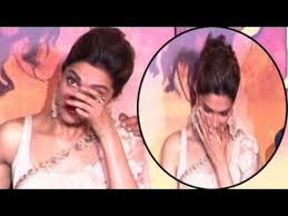 deepika padukone breaks down in public