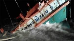 มาแล้วคลื่นลมแรง ประมงออกทะเลโดนซัดล่มปากอ่าวเมืองคอน ช่วยรอด 5ลูกเรือ
