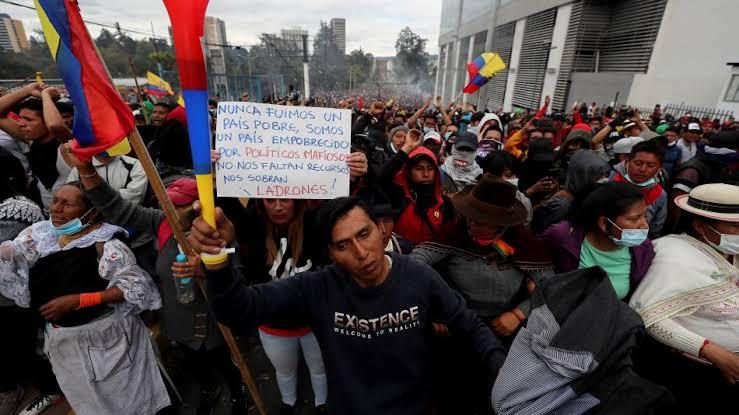 Resultado de imagen de Policía de Ecuador desaloja con violencia a indígenas del Parlamento