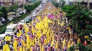 กปปส.' คึกสวมเสื้อเหลือง เดินเท้ามุ่ง 'สนามหลวง' ฉลองวันฉัตรมงคล