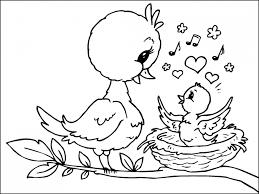 pollito en el nido con su madre para