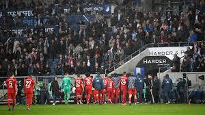 Striscioni e cori dei fans Bayern contro il presidente dell ...