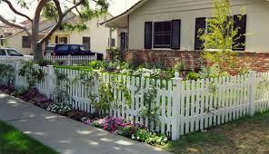 I Really Want To Enclose Her Front Yard With A Picket Fence Much Like This One It Has So Much Charm Http Kavinfen Wood Picket Fence Picket Fence Fence