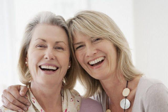 Resultado de imagem para idosa ao lado de mulher jovem