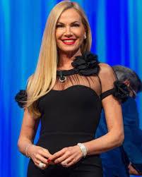 Federica Panicucci: gambe in mostra a 52 anni