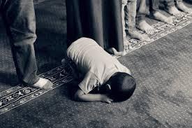 Gambar : tangan, orang, hitam dan putih, anak, kaki, duduk, agama, satu  warna, berdoa, rohani, keagamaan, iman, foto, mesjid, doa, Islam, gambar,  emosi, Arab, Muslim, pemotretan, fotografi monokrom, puasa, posisi manusia  5760x3840 - -
