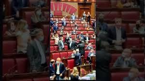 Vittorio Sgarbi espulso dal Parlamento e buttato fuori di peso ...