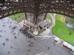 Файл:Pied de la tour Eiffel.jpg