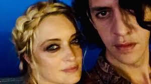 Carolina Crescentini è incinta di Motta? Pancino sospetto e gossip