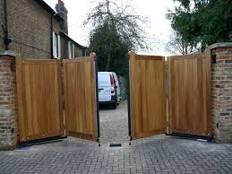 Bifolding Wooden Gate Oh I Want These Afraid To Know How Much They Cost Tuin Poorten Modern Hek Schutting Tuin