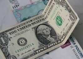 Курс рубля в России обвалился: сколько стоит доллар и евро