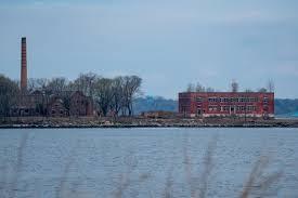 Coronavirus: NYC hires workers for Hart Island burials