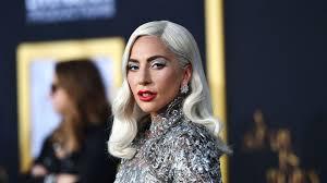 Lady Gaga intona Shallow e risponde male a chi le chiede di Bradley Cooper