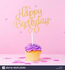 Tarjeta De Vacaciones Fantasia Pastel Creativo Con Cupcake Y Feliz Cumpleanos Letras Baby Shower Cumpleanos Celebracion Concepto Square Fotografia De Stock Alamy