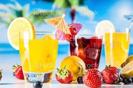 Tropikalne Drinki Na Plaży - zdjęcia stockowe i więcej obrazów Alkohol -  napój - iStock