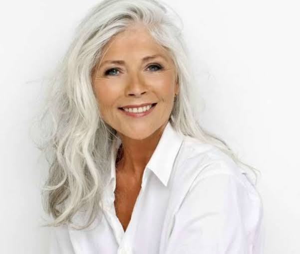 Resultado de imagem para cabelos longos mulher madura
