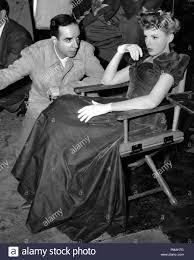 """Regisseur Vincente Minnelli und Judy Garland während einer Pause in Filmen  """"Meet Me in St. Louis"""