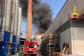 Incendio in un'azienda di Gallarate, c'è un pericolo diossina ...