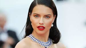 Adriana Lima shows off her red outfit and doesn't know...photo- Somag News