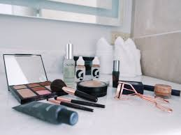 a look inside my travel makeup bag
