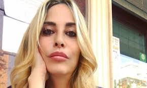 Stefania Orlando Instagram in bilico sulla sedia in minigonna, l'abito  sale: «Bella cosciona lunga!»