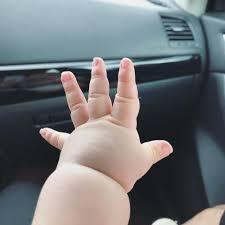 Bé trai 5 tháng tuổi với bàn tay mũm mĩm như