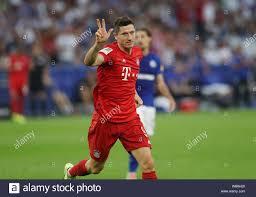Firo: 24.08.2019, calcio, 1.Bundesliga, stagione 2019/2020, FC Schalke 04 -  FC Bayern Monaco 0: 3 Robert LEWANDOWSKI Bayern, giubilo, mostra a tre  goale | Utilizzo di tutto il mondo Foto stock - Alamy