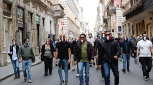 Roma, sovranisti in corteo con le mascherine tricolori.