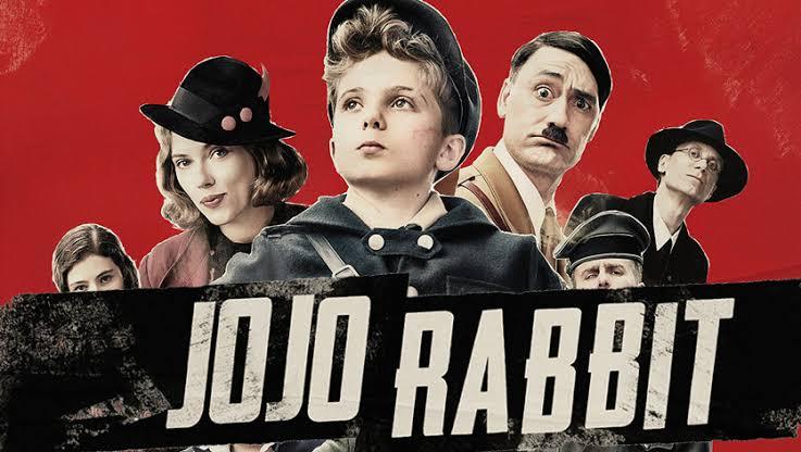 /></figure>  <p>Jojo Rabbit es una película tan buena que tuvimos que reseñarla dos veces, a continuación dos opiniones de nuestros editores Erick Sánchez y Rafa DDM.</p>  <h2>Jojo Rabbit: De lo mejor de 2020 (aunque sea enero)</h2>  <h4>Erick Sánchez</h4>  <p>Si te gustan las películas de comedia, humor negro, romance y además eres fanático de la <strong>Segunda Guerra Mundial</strong>, quédate a leer.</p>  <p> <strong>Jojo Rabbit</strong> es un largometraje dirigido por <strong>Taika Waititi</strong>; protagonizado por <strong>Roman Grinffin Davis, Scarlett Johansson y Thomasin McKenzie</strong> y desarrollado durante la <strong>Segunda Guerra mundial</strong>, el cual nos cuenta las aventuras de un niño llamado <strong>Jojo Betzler,</strong> perteneciente a las Juventudes Hitlerianas; él y su amigo imaginario (<strong>Hitler</strong>) descubren que su madre esconde a una chica judía y tendrán que lidiar con ella. </p>  <figure class=