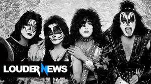 kiss performs without makeup at private