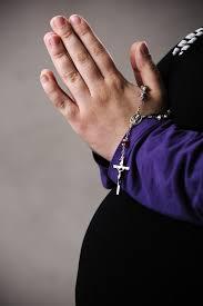 Femme Enceinte En Prière Avec Le Chapelet Dans Les Mains | Photo ...