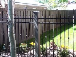 A Trex Fence Post Is A Perfect Compliment To An Ornamental Iron Panel Rather Than Use A Small Black Metal Post Consider A Trex Post It Won T R Landshaft Zabor