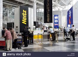 Auto Vermietung Schreibtische Von Hertz Und Budget Autovermietungen In Munchen Flughafen Bayern Deutschland Europa Stockfotografie Alamy