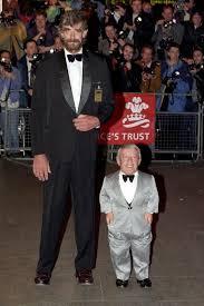 Peter Mayhew que interpretó a Chewbacca, y Kenny Baker, a R2D2, en la  presentación especial de la 'St… | Classic star wars, Star wars characters,  Star wars universe