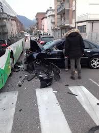 Tragedia in via Maccani, muore schiantandosi contro un autobus ...