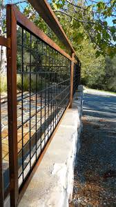 Living Iron Hog Wire Fencing With Patina Hog Wire Fence Fence Planning Fence Design