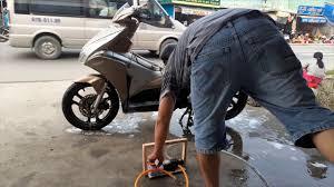 Test máy rửa xe mini chạy pin cực mạnh - YouTube