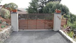Here S A Contemporary Driveway Gate With Horizontal Wood Rails Entrance Gates Design Driveway Gate Contemporary Gates