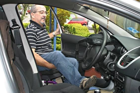 Resultado de imagem para idoso comprando carro