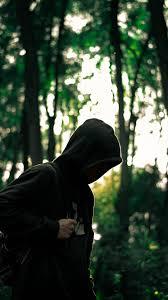 أكثر الخلفيات كئابة وحزن خلفيات كئابة لرجل في الغابة بدقة عالية Hd