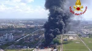 Incendio in una fabbrica a Marghera, si alza nube tossica ...