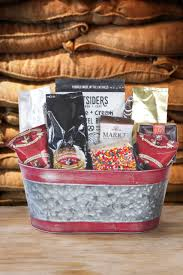 um gourmet coffee and snack gift baske
