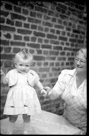 PETITE FILLE ENFANT debout sur table + femme - négatif photo ancien an.  1930 - EUR 8,00 | PicClick FR