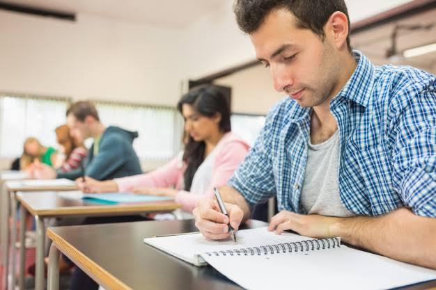 Resultado de imagen de estudiantes escribiendo