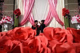 صور قبلات حارة ودباديب وورود فى احتفالات العالم بـ عيد الحب